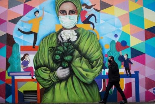 نقاشی دیواری در تجلیل از کادر درمانی در شهر