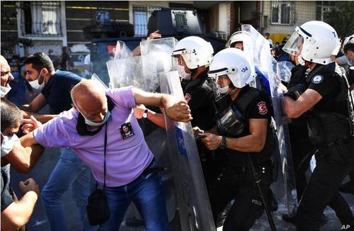 اعتراضات به مرگ یک زندانی سیاسی به دلیل اعتصاب غذا در استانبول ترکیه