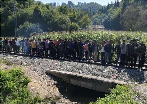 صف مهاجران و پناهجویان برای دریافت غذا از صلیب سرخ در شمال بوسنی