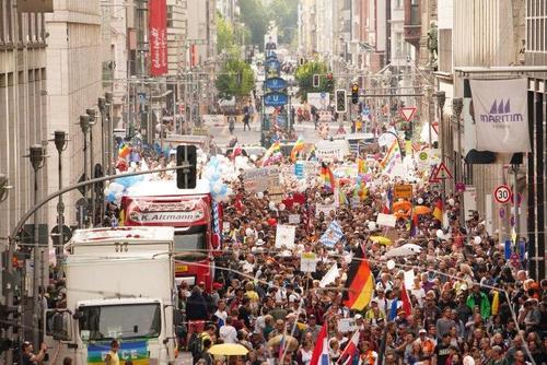 اعتراضات علیه محدودیت های کرونایی در برلین پایتخت آلمان . خبرگزاری اروپایی