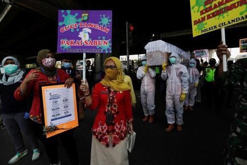 راهپیمایی هشدار و اطلاع رسانی درباره خطرناک کرونا و دعوت مردم به در خانه ماندن در شهر جاکارتا پایتخت اندونزی . خبرگزاری رویترز