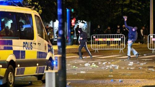 اعتراضات و درگیری با پلیس به دنبال آتش زدن قرآن توسط افراط گرایان ملی گرا در جنوب سوئد - بی بی سی