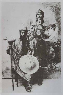 اشباه حضرت علی اکبر در سمت راست، در کنار عمویش حضرت عباس