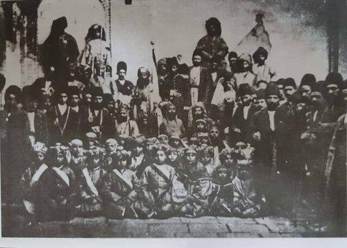 دسته ای از تعزیه خوان ها که مردهایشان نقش مردان و زنان کاروان کربلای حضرت حسین را ایفا میکردندو بچه هایشان که در اسارت فرزندان خانواده امام می شدند