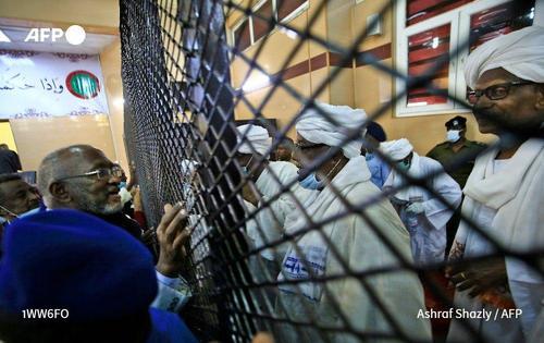عمرالبشیر رییس جمهوری برکنار شده سودان پشت حفاظهای آهنی در دادگاه در خارطوم/ خبرگزاری فرانسه