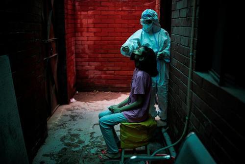یکی از کارکنان بخش سلامت هند در حال تست