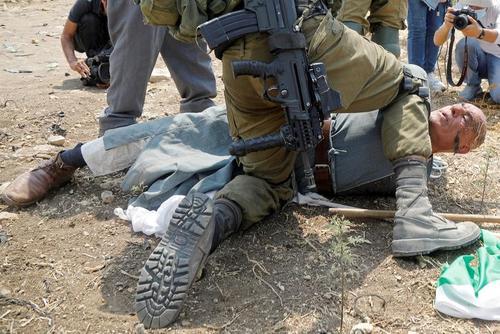 یک سرباز اسرائیلی، معترض فلسطینی به شهرکسازی یهودیان در روستای