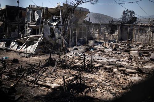 نمایی از سرپناه و کمپ سوخته مهاجران و پناهجویان