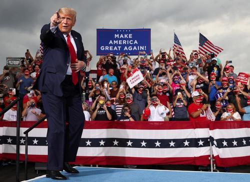 ژست رئیسجمهور آمریکا در یک کارزار انتخاباتی در فرودگاه منطقهای