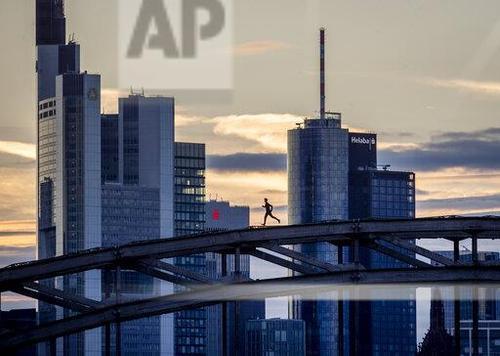 یک پارکورکار در حال دویدن روی پل راهآهن در فرانکفورت آلمان/ اسوشیتدپرس