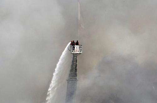 مردی در حال خاموش کردن آتش باقی مانده از آتش سوزی انبار لاستیک و روغن در بندر بیروت در لبنان/ رویترز