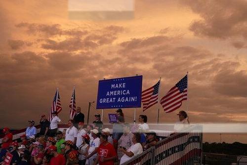 خوشحالی و تشویق طرفداران ترامپ در یک کمپین انتخاباتی در فرودگاه