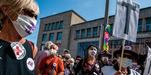 تظاهرات  ۴۰۰۰ نفر از کادر درمان و بهداشت بلژیک در بروکسل. آنها خواستار سرمایه گذاری بیشتر دولت در سیستم بهداشت کشور و مقابله با کرونا هستند/ SOPA Images