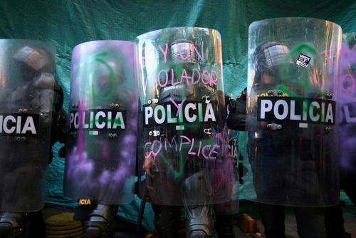 صف افسران پلیس با تجهیزات حفاظتی در برابر معترضان به خشونت پلیس در