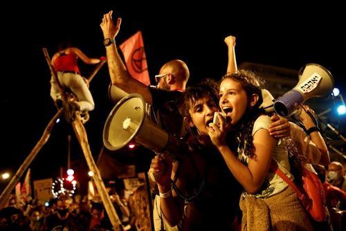گروهی از معترضان به شرایط سخت اقتصادی و فساد نخست وزیر اسرائیل، علیه