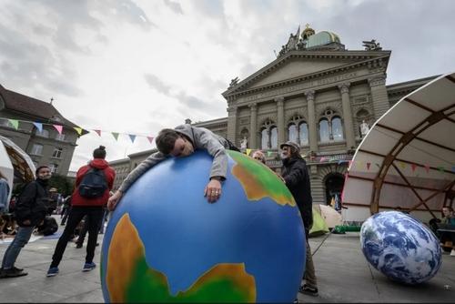 تظاهرات فعالان محیط زیست در مقابل ساختمان پارلمان سوییس در شهر برن/ خبرگزاری فرانسه