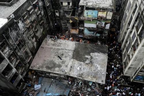 کشته شدن بیش از 40 نفر از ریزش ساختمانی در حومه شهر بمبئی هند/ رویترز