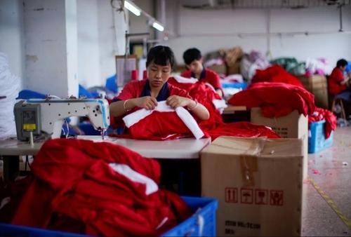 تولید لباسهای بابانوئل برای کریسمس در یک کارخانه در چین/ رویترز