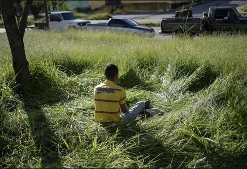 بیدارباش صبحگاهی یک مرد ونزوئلایی در چهارمین روز در صف دریافت کوپن دولتی بنزین در شهر
