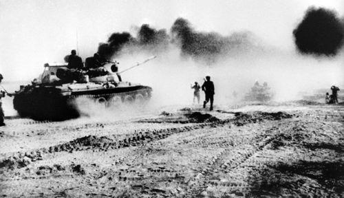 نیروهای عراقی با تانک های خریداری شده از شوروی سابق در حال عبور رود کارون در شمال شرق شهر خرمشهر ایران در روزهای ابتدایی تجاوز نظامی به ایران