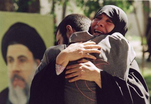 مادری ایرانی در اول آگوست 1989 فرزند آزاده خود را پس از بازگشت به تهران در آغوش کشیده است.