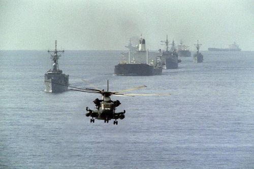 22 اکتبر 1987 - جنگ نفتکش ها در خلیج فارس/  هلی کوپتر نیروی دریایی آمریکا در حال اسکورت نفتکش های کویتی در خلیج فارس