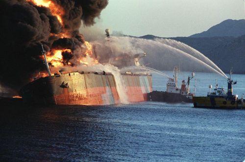 6 دسامبر 1987 - نفتکش سنگاپوری هدف قرار گرفته در جنگ نفتکش ها در آب های دریای عمان