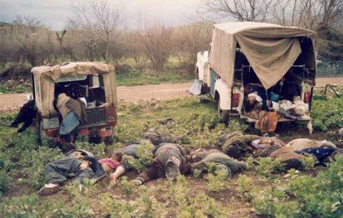 این عکس متعلق به خبرگزاری ایرنا و از کشتار مردم کرد عراقی در بمباران شیمیایی شهر حلبچه در ماه های پایانی جنگ 8 ساله به دستور صدام است.