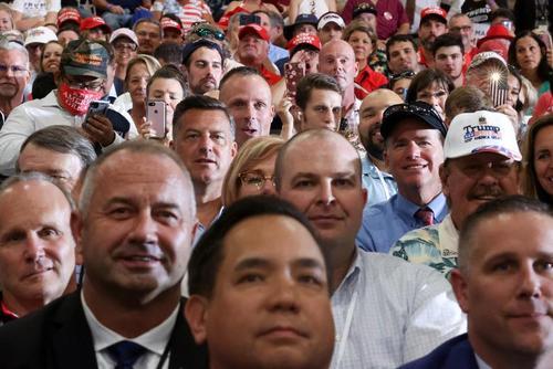 سخنرانی انتخاباتی ترامپ در جمع حامیانش در محیطی بسته در شهر