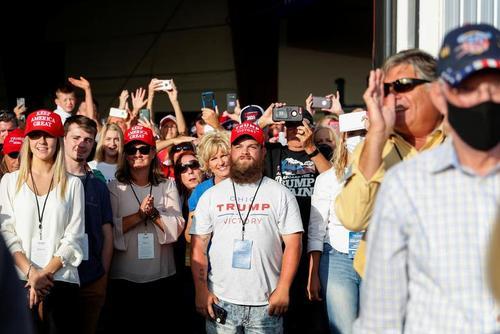 گردهمایی حامیان ترامپ در استقبال از او در فرودگاه شهر