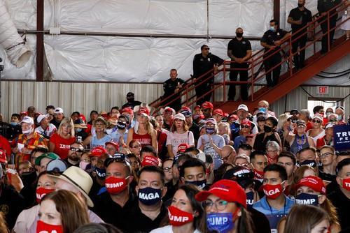گردهمایی حامیان ترامپ در استقبلا از او در فرودگاه بین المللی