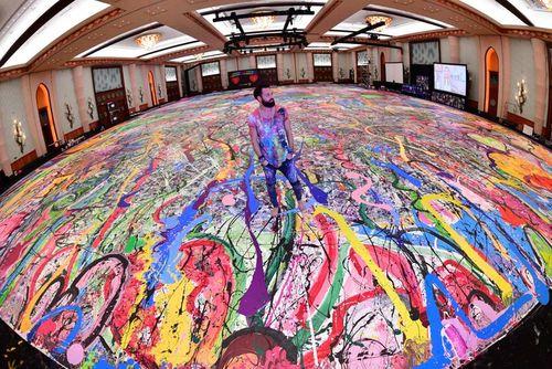 بزرگترین نقاشی بوم دنیا به اندازه 2 زمین فوتبال در هتلی در دوبی. این نقاشی با عنوان