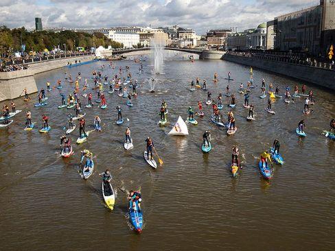 مسابقات قایقرانی روی تخته پدالی در مسکو/ آسوشیتدپرس