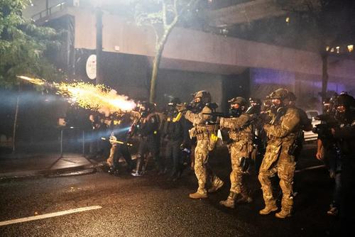 نیروهای گارد ملی آمریکا در حال متفرق کردن معترضان ضدنژادپرستی در شهر