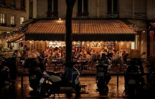 یک کافه شلوغ در شهر پاریس فرانسه. دولت فرانسه اعلام کرده در راستای تدابیر مقابله با شیوع موج جدید کرونا از روز دوشنبه این هفته کافه ها باید از ساعت 10 شب تعطیل کنند./ گتی ایمجز