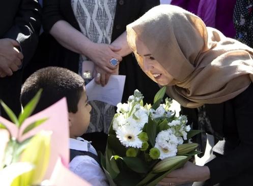 حضور نخست وزیر نیوزیلند با حجاب اسلامی در مسجد