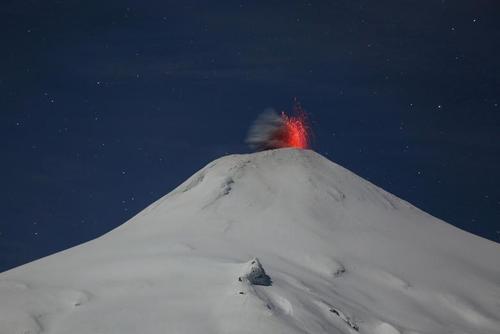 فعالیت آتشفشان ویلاریکا در شیلی/ رویترز