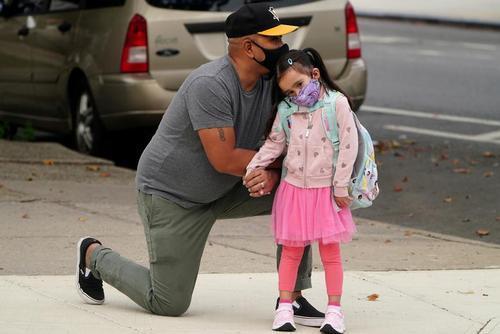 پدری در حال راهی کردن دخترش به کلاس اول نخستین روز مدرسه ابتدایی در شهر نیویورک آمریکا/ رویترز