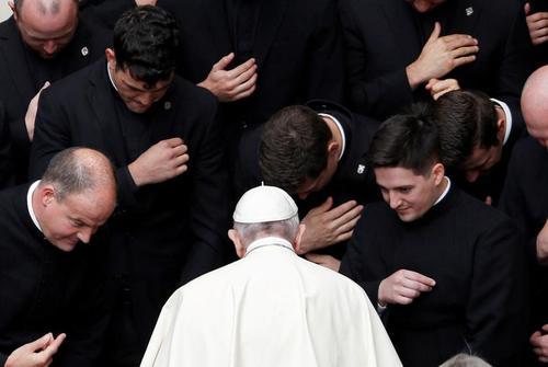 دیدار پاپ فرانسیس با روحانیون جوان کاتولیک پس از سخنرانی هفتگی چهارشنبهها در واتیکان/ رویترز