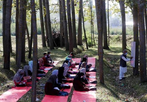 یک کلاس درس در فضای باز در سرینگر کشمیر/ رویترز