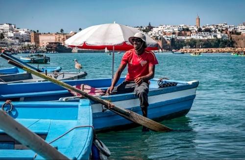 یک قایقران در انتظار گردشگران در شهر رباط مراکش/ خبرگزاری فرانسه