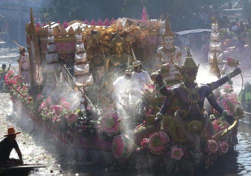 حمل مجسمه طلایی بودا روی قایق در جریان جشنوارهای در تایلند/ EPA