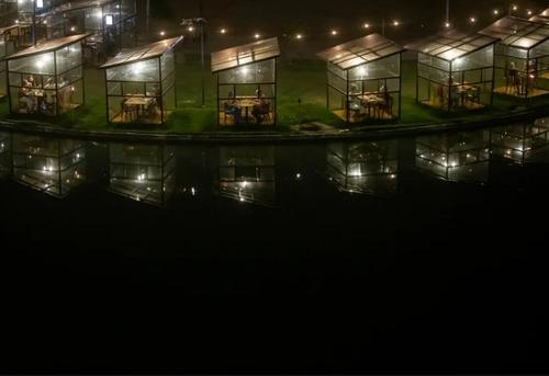 اتاقکهای شیشهای صرف شام در رستورانی در شهر