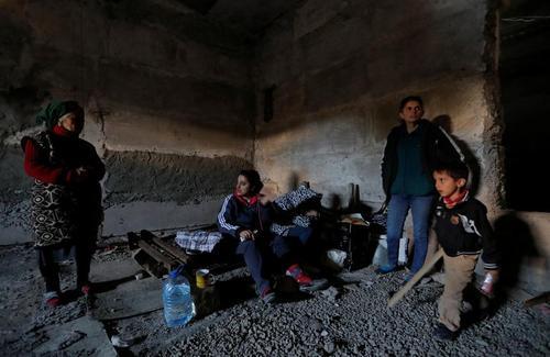 پناه گرفتن یک خانواده در زیرزمین یک خانه در شهر