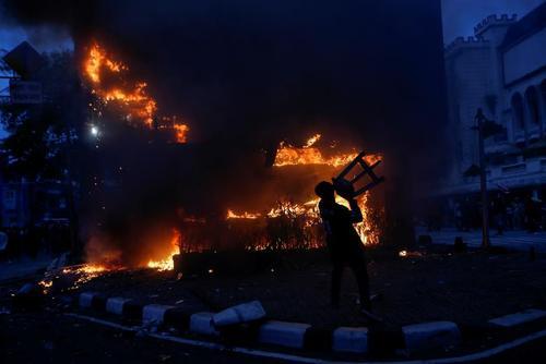 تظاهرات و آشوب علیه قانون کار جدید پیشنهادی دولت اندونزی در شهر جاکارتا/ رویترز