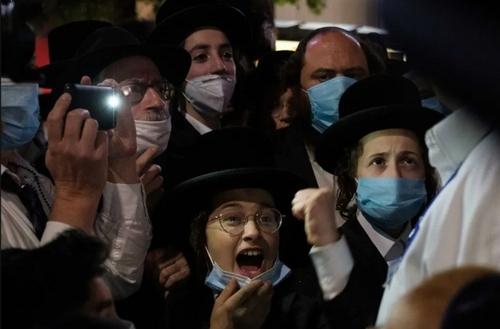 تظاهرات یهودیان ارتدوکس در پارکی در محله بروکلین شهر نیویورک آمریکا علیه بازگشت محدودیتهای کرونایی/ رویترز