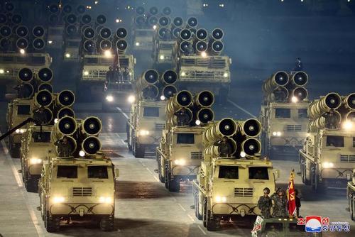 رژه نظامی ارتش کره شمالی در هفتادوپنجمین سالگرد تاسیس حزب حاکم کارگران کره شمالی/ خبرگزاری رسمی کره شمالی