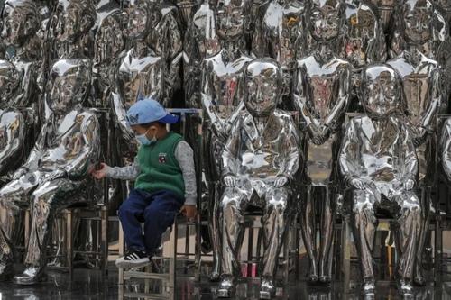 یک سازه هنری با مجسمه در یک مرکز خرید در شهر پکن/ آسوشیتدپرس