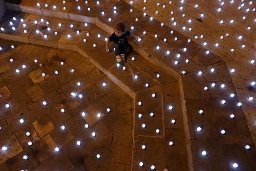 روشن کردن شمع به یاد قربانیان ویروس کرونا در شهر قدس/ رویترز