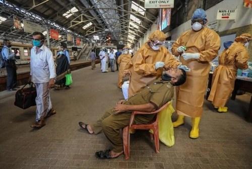 انجام تست کرونا از مسافران در ایستگاه راهآهن شهر کلمبو (پایتخت) سریلانکا/ EPA